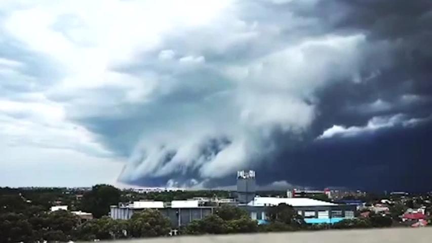 El insólito 'tsunami caído del cielo' que asombra las redes (VIDEO)