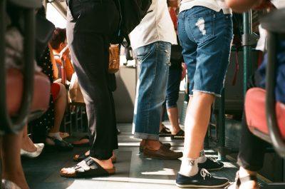 Detiene a conductor del transporte público por 'darse amor' frente a los pasajeros