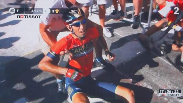 Ciclista sufre impactante fractura de vértebra por aficionados imprudentes (VIDEO)