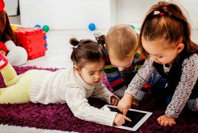¿Es bueno que tu hijo juegue cerca del televisor?