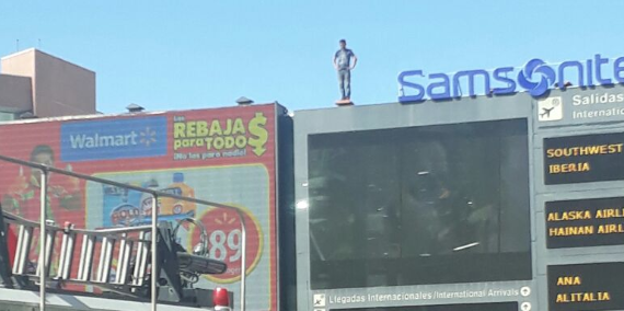 Hombre se lanza de puente en la Terminal 1 del aeropuerto de la CDMX (VIDEO)