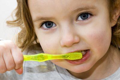 Consejos para hacer que tu hijo se lave los dientes por su cuenta