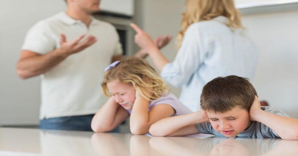 Todos decimos cosas que lamentamos de vez en cuando, pero no hay un momento más crucial para que los padres se preocupen por lo que dicen que durante un divorcio. Esas cosas dichas pueden dañar a los niños y a las personas que los rodean.