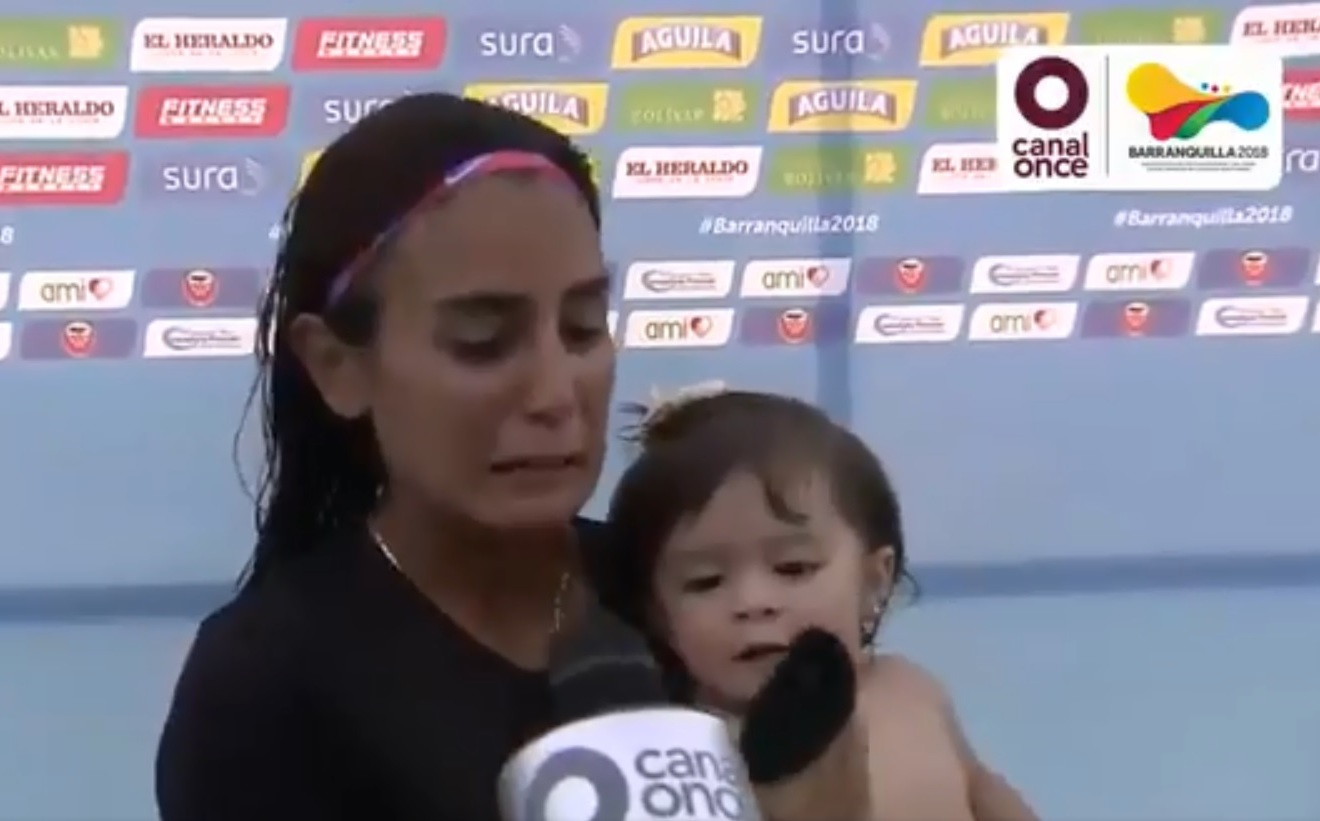 Bebé de Paola Espinosa roba cámara y opaca a su mamá en entrevista (VIDEO)