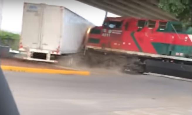 Tráiler intenta ganarle el paso a un tren y termina en colisión (VIDEO)