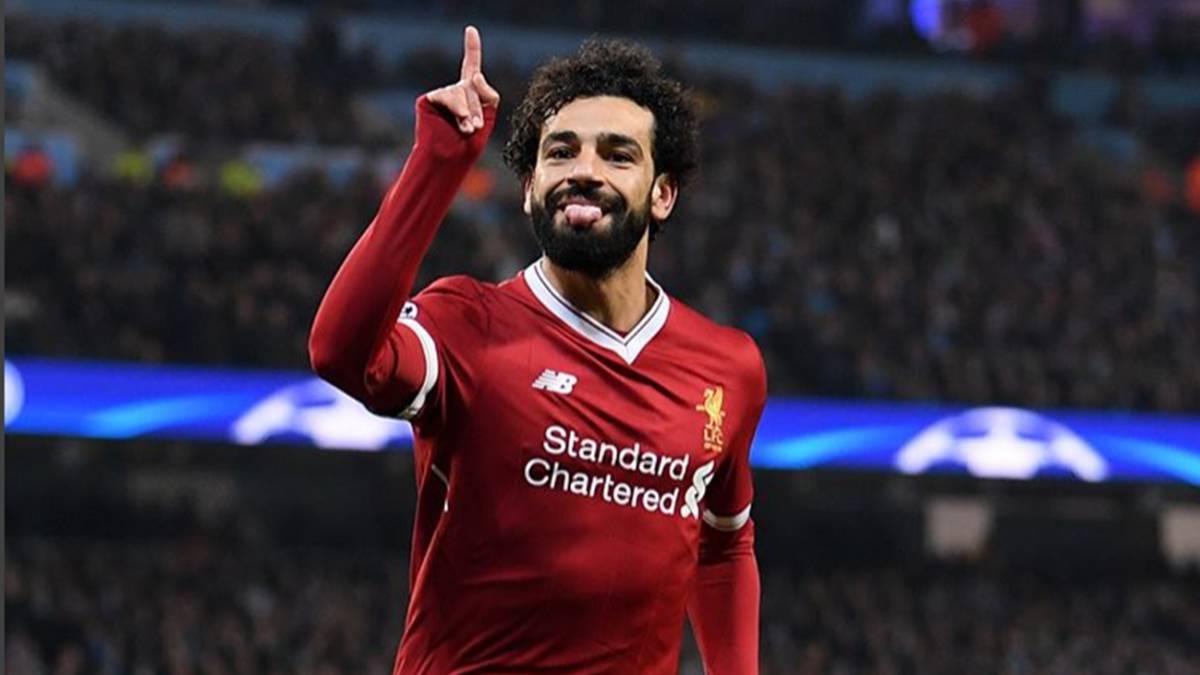Mohamed Salah tiene emotiva reacción con niño que saltó al campo a abrazarlo