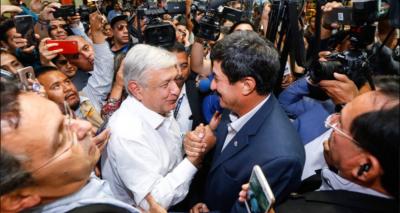 AMLO y Corral <i>inauguran</i> foros de paz con abrazo en aeropuerto de Juárez