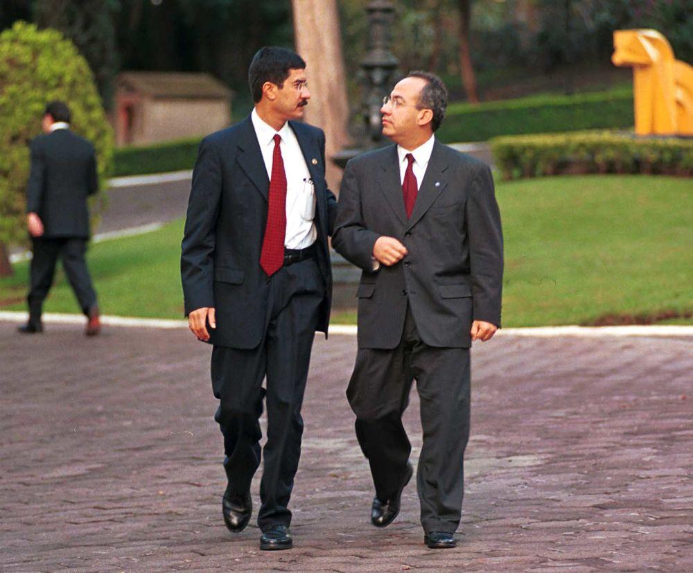 Calderón y Corral <i>se dan hasta con la cubeta</i> en Twitter por amnistía de AMLO