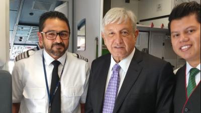 AMLO recibe felicitación de piloto de Viva Aerobus a su regreso a CDMX