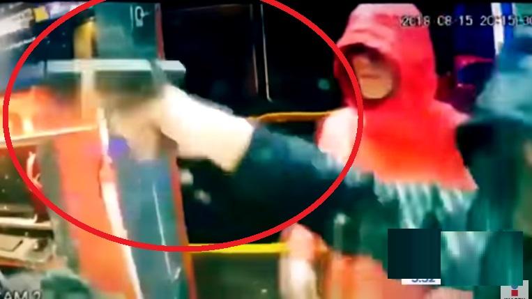 Cámaras captan violento asalto; un niño logra escapar (VIDEO)