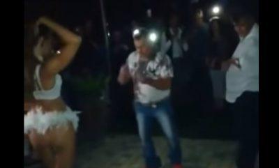 Mujer encuentra a marido con candente bailarina en poca ropa y lo golpea (VIDEO)