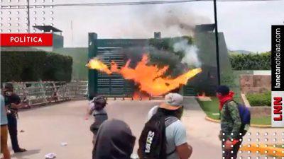 Presuntos normalistas lanzan bombas molotov contra batallón militar en Iguala