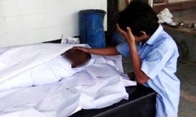 Niño llora junto al cadáver de su padre: la emotiva historia de esta foto