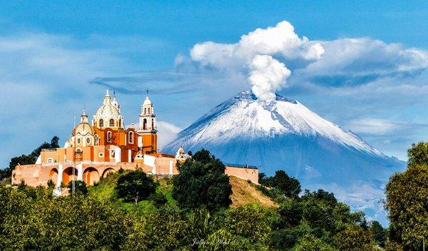 Además de la Capilla del Rosario, hay otra iglesia en Puebla que es impresionante, además de que es única. Se trata del Santuario de Nuestra Señora de los Remedios, un templo católico que está construido justo sobre la Gran Pirámide de Cholula.