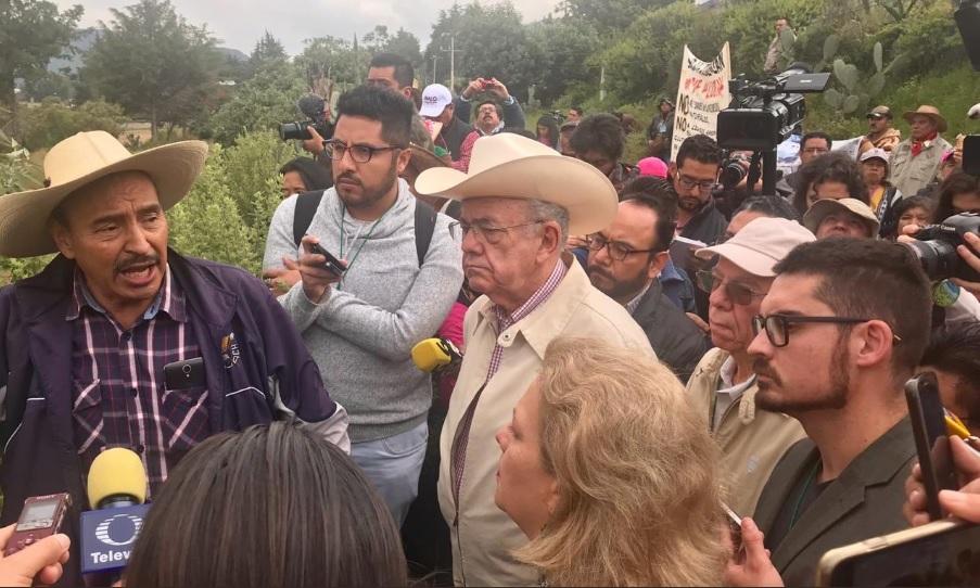 <i>Echan a patadas</i> a Jiménez Espriú al recorrer zona dañada por obras del Naicm