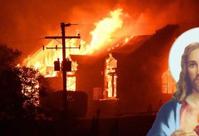 Viralizan <i>aparición</i> de Jesús en pleno incendio para 'salvar a una familia' (FOTO)