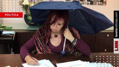 Sansores <i>protesta</i> en paraguas contra goteras que dejó administración anterior