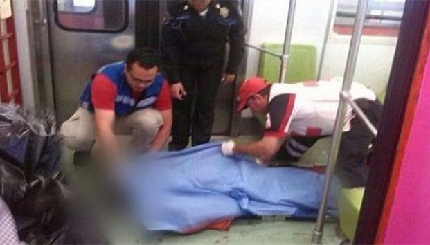 Hombre tiene trágica muerte por asomarse en el metro