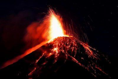 Volcán de Fuego hace erupción; evacúan a más de 2 mil personas