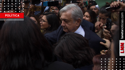 Entre selfies y abrazos, AMLO viaja a Mérida en vuelo comercial (VIDEO)