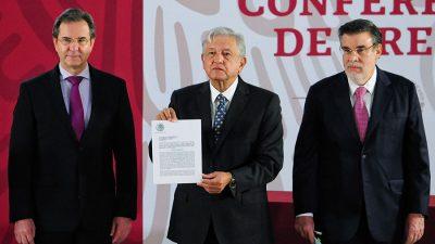 AMLO firma la iniciativa para derogar la reforma educativa