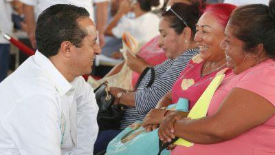 Carlos Joaquín atiende a 394 quintanarroenses durante audiencia pública