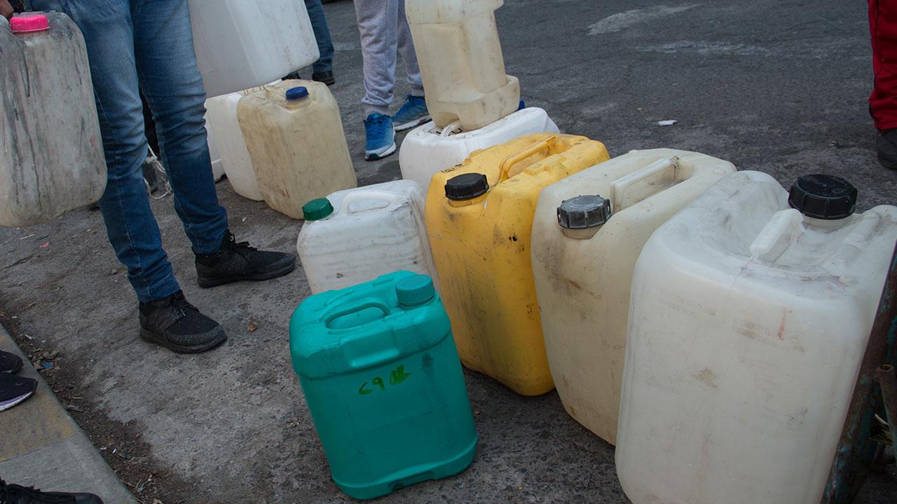 En Zapopan, detienen a 2 sujetos por transportar 90 litros de combustible