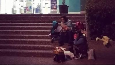 Mujer se hace viral por dar clases en la calle al hijo de vendedora