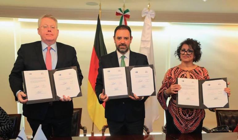 Alejandro Tello firma convenio de colaboración con medio alemán DW