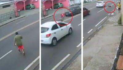 Camina distraído con su celular; termina brutalmente arrollado (VIDEO)