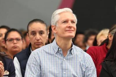 Alfredo del Mazo entrega títulos de posesión y escrituras públicas en La Paz