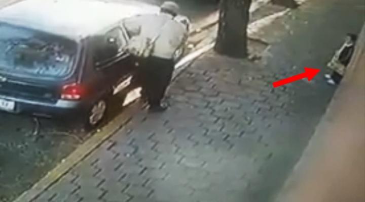 Indigna grabación de sujeto que abre auto para robarlo frente a su hijo