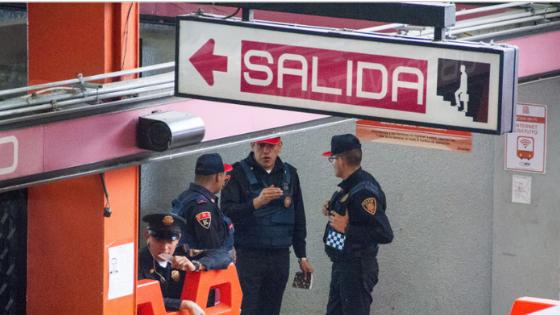 Filman a policía amenazando a menor de edad en el metro de la CDMX