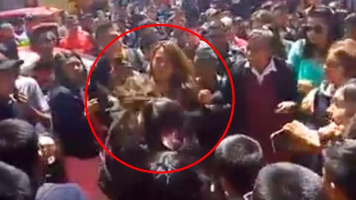 Exhiben video de una madre agrediendo a estudiante de secundaria (VIDEO)