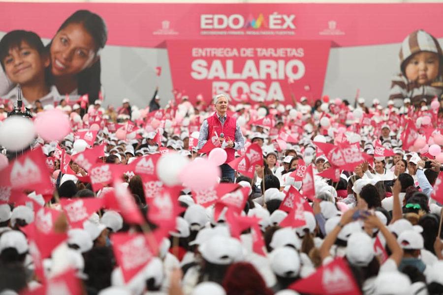 Alfredo del Mazo entrega tarjetas del programa Salario Rosa en Ecatepec
