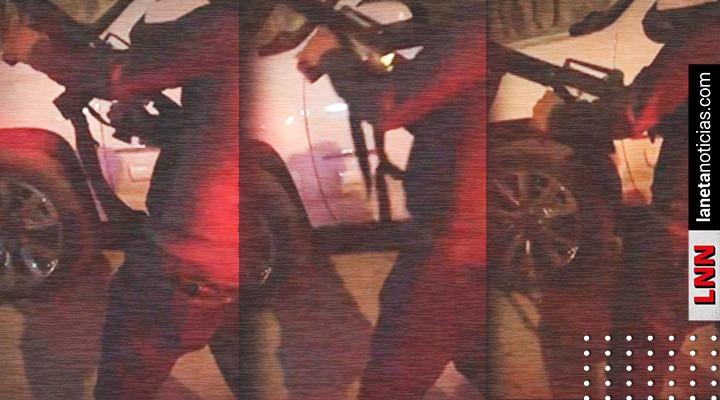 Graban a sicario del Cártel del Noreste disparando un AK-47 en plena calle