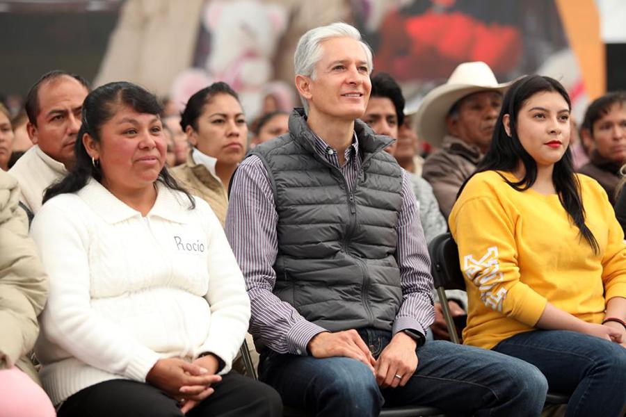 Alfredo del Mazo entrega títulos de propiedad a familias de Ecatepec. Noticias en tiempo real