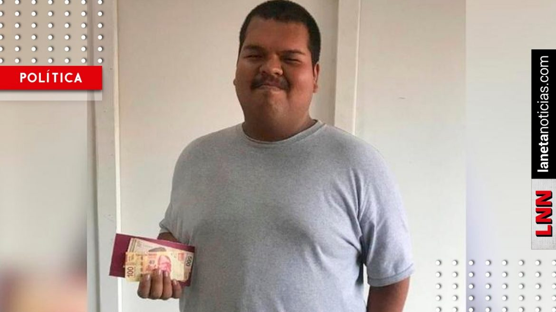 Secretaría de Bienestar entrega beca a alumno que recibió colecta de compañeros