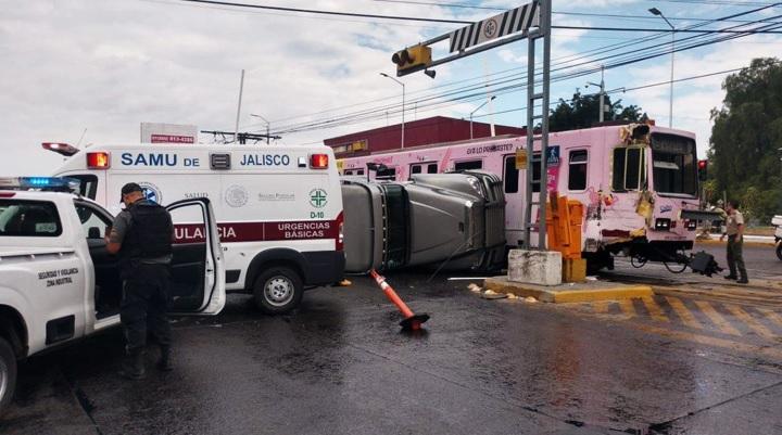 Tráiler choca contra Tren Ligero en Guadalajara; hay al menos 5 lesionados. Noticias en tiempo real