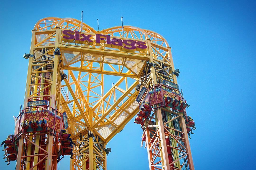 ¿Cuál es el juego del que persona se cayó en Six Flags?