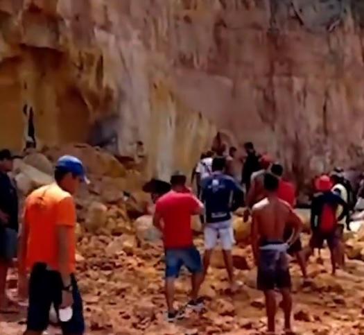 Derrumbe en playa turística provoca muerte de pareja y su bebé en Brasil