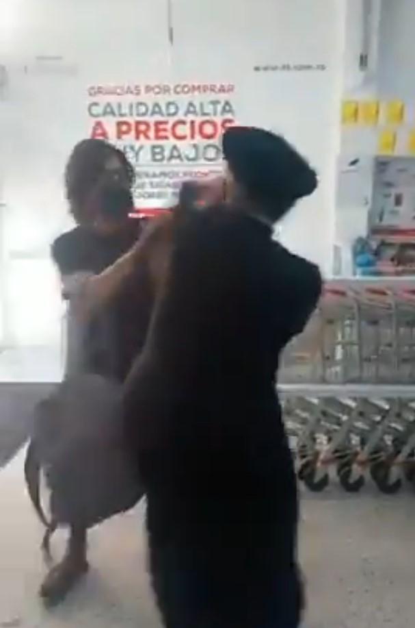 Video de sacerdote que golpeó a personas que le reclamaron por no usar cubrebocas