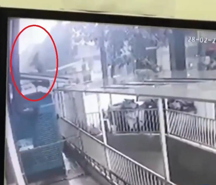 Repartidor de comida salva a niña que cae de edificio (VIDEO)