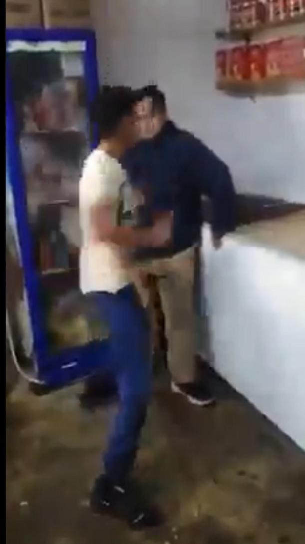 Indigna joven que golpea a otro con síndrome de Down (VIDEO)