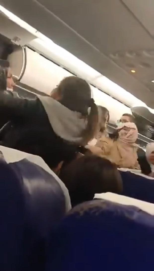 De las greñas y a mentadas: exhiben pelea de pasajeros en avión (VIDEO)