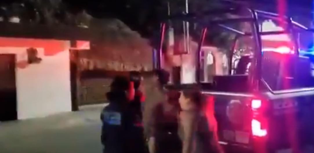 Captan a policía de Tulum golpeando a detenido (VIDEO)