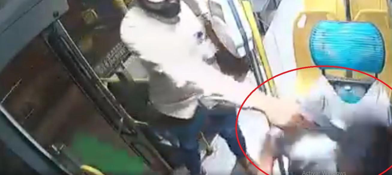 ¡Tómala! Chofer de Torreón avienta a ratero por puerta del bus (VIDEO)